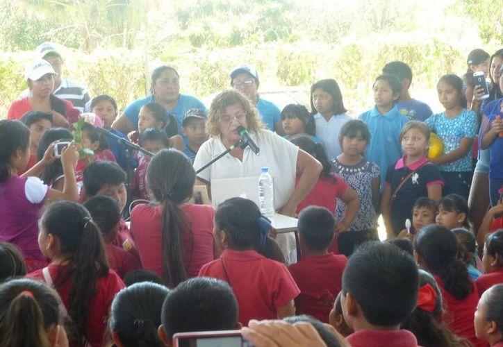 Las personas asistieron al domo deportivo de la colonia Unidad Deportiva. (Raúl Balam/SIPSE)