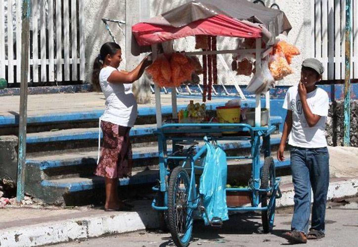 Los vendedores ambulantes deberán portar un distintivo en sus puestos para dar constancia del buen manejo de los alimentos. (Harold Alcocer/SIPSE)