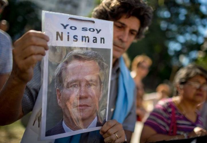 Un manifestante sostiene una foto del fiscal Alberto Nisman durante una protesta frente al Palacio de Justicia en reclamo del esclarecimiento de su muerte en Buenos Aires. (Agencias)