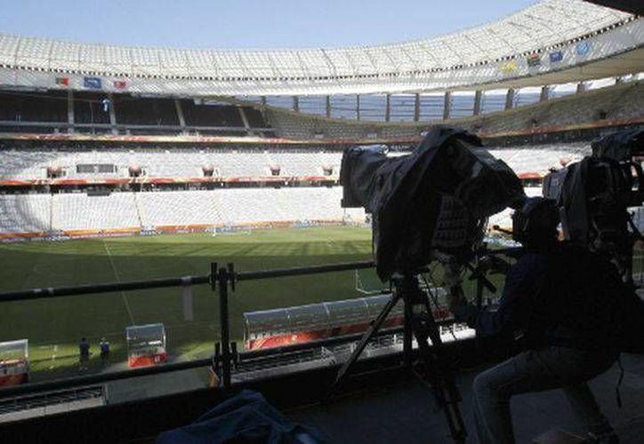 El uso de video como apoyo a las decisiones arbitrales es un tema de casi 20 años en el futbol, por lo que la FIFA ha decidido iniciar las pruebas de este nuevo método. (Imagen de contexto/ AP)