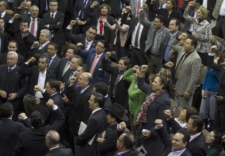 Al emitir su voto a favor, una legisladora del Partido Verde saludó 'a todas las Lupitas de México'. (Notimex)