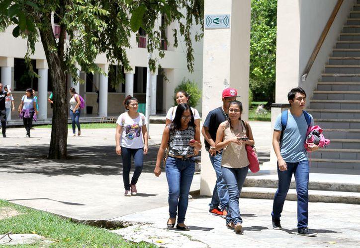 Los dos estudiantes son de octavo semestre de la licenciatura de Economía y Finanzas de la Uqroo.