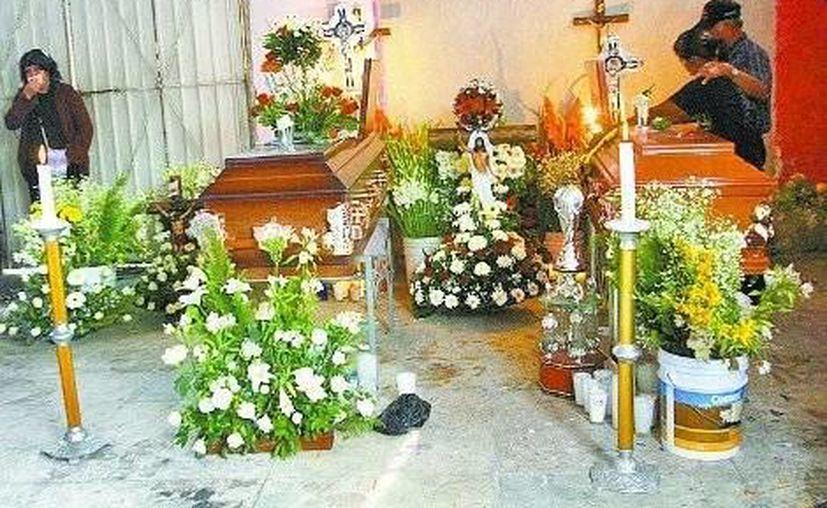 Los funerales tuvieron que financiarse con la cooperación de vecinos. (Nelly Salas/Milenio)