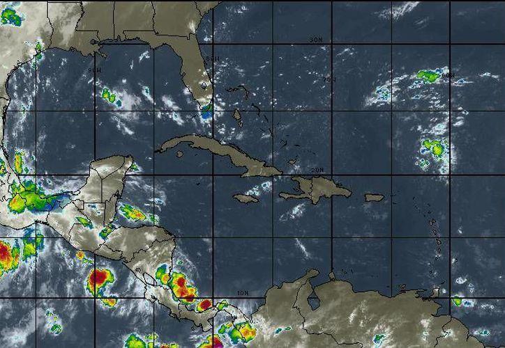 La onda tropical número 21 extendida sobre Guerrero y Oaxaca, y un canal de baja presión en el occidente del Golfo de México. (Intellicast)