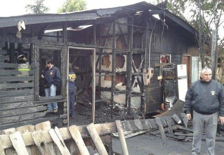 La precaria vivienda cedió ante la voracidad del fuego. (Agencias)