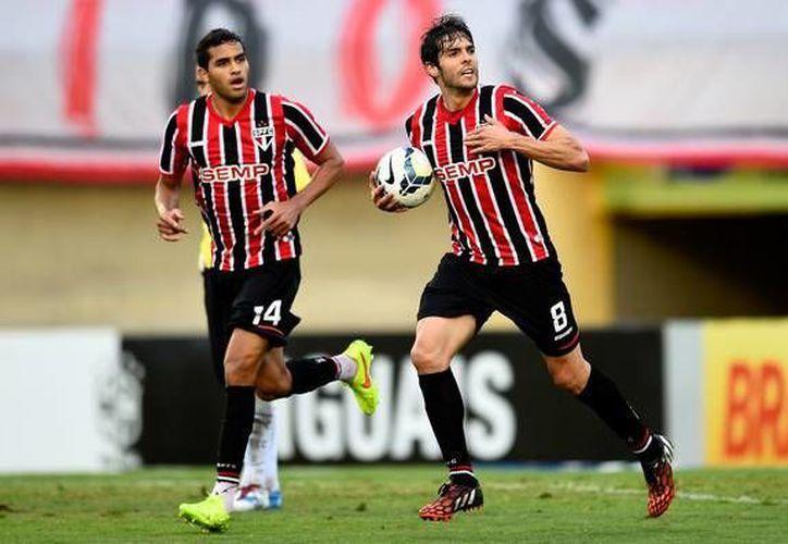 Kaká (d) vuelve a la Selección de Brasil después de haberse perdido el Mundial en su país. (zimbio.com)