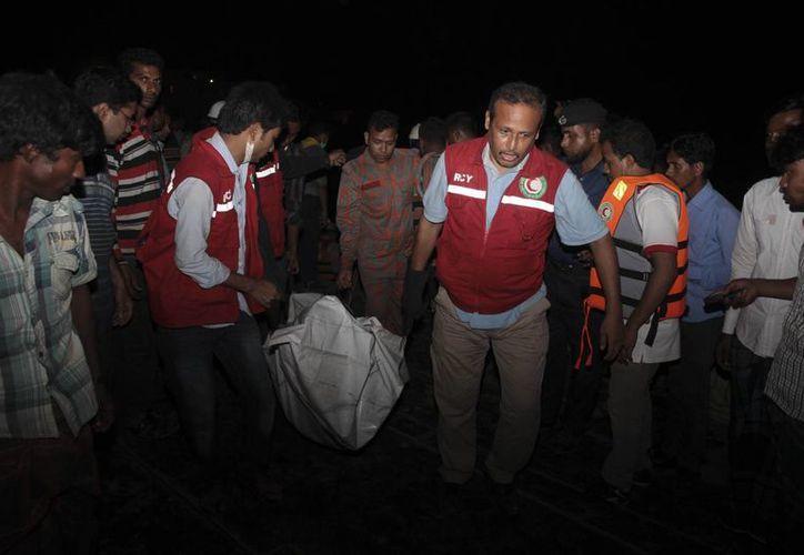 Cincuenta personas lograron sobrevivir gracias a que nadaron hasta la orilla del río Padma. (AP)