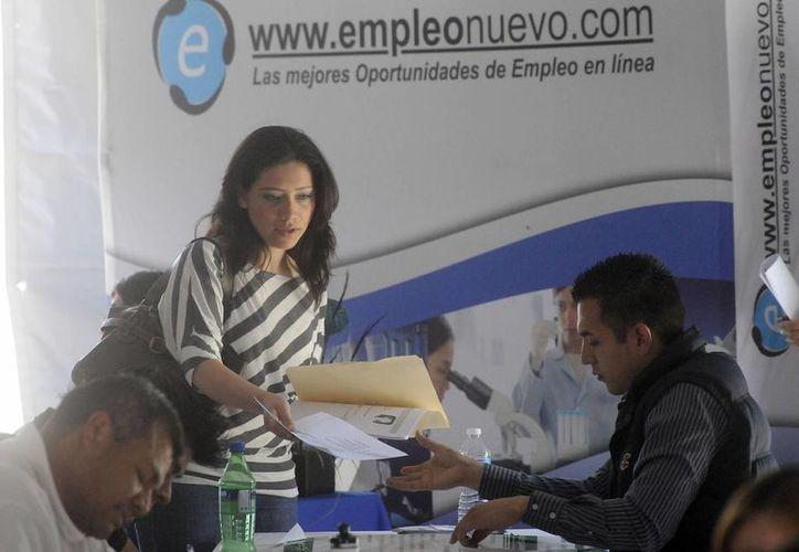 A pesar de lo que dice la Constitución, en usos y costumbres la mujer sigue estado por debajo del hombre al pedir empleo. (Notimex)