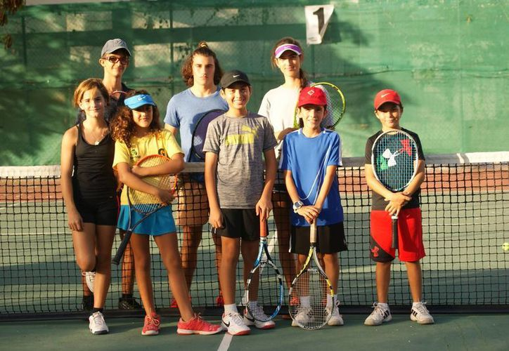 Los raquetistas dedican un buen número de horas para mejorar su nivel de juego, con miras al campeonato estatal. (Raúl Caballero/SIPSE)