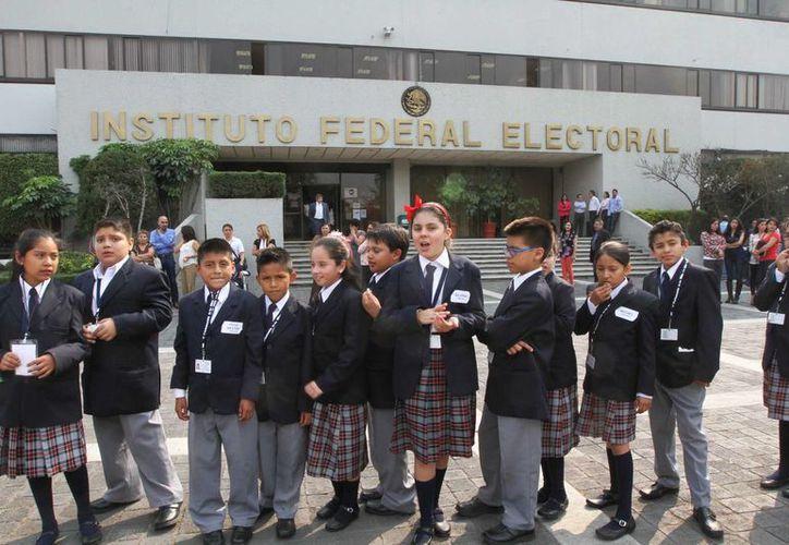 Las propuestas de los menores, que aquí aparecen durante una visita al IFE, serán retomadas por el Congreso de la Unión. (Notimex)