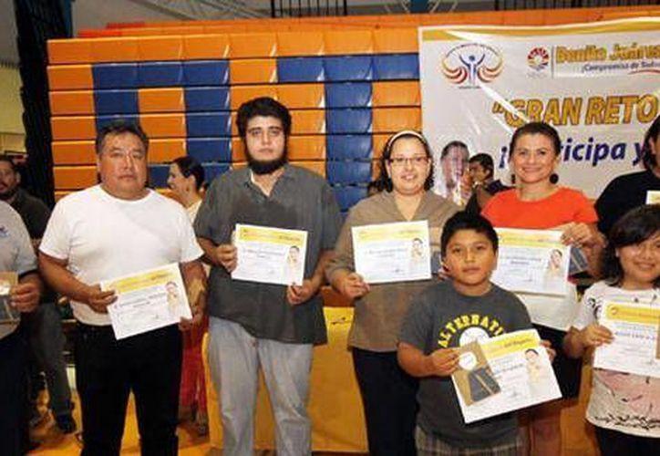 Ganadores del concurso recibieron vales para clases deportivas entre otras cosas. (Cortesía/SIPSE)