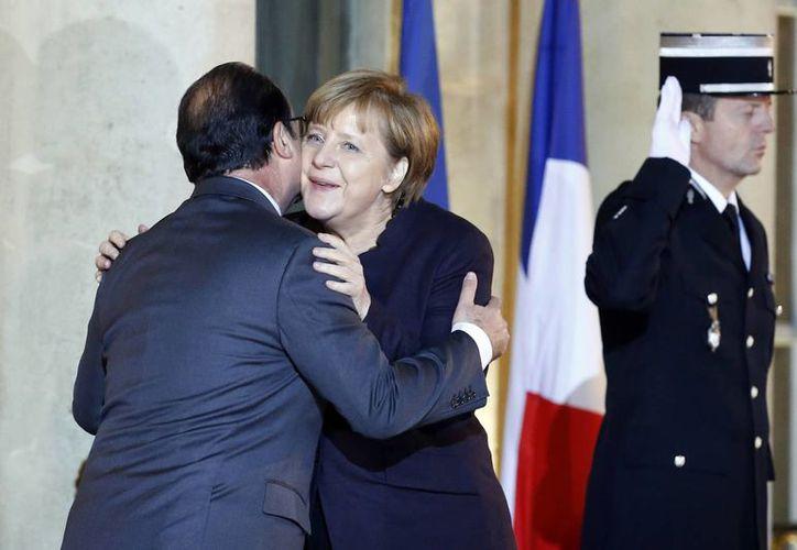 Francois Holande pidió a Angela Merkel que Alemania se involucre más en el combate al terrorismo. Dato: Alemania tiene una política muy estricta para movilizar a sus tropas en el extranjero. (AP)
