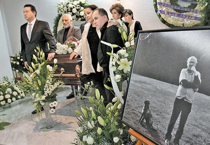 Familiares, amigos, intelectuales y lectores acudieron a dar el último adiós al colaborador de Milenio. (Héctor Téllez/Milenio)