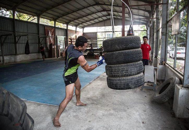 El gimnasio de la sociedad deportiva Cobra Verde está situado en un suburbio popular de Rangún, la caótica ciudad de Birmania, que fue capital del país hasta 2005. De aquí han salido varios campeones del lethwei. (Notimex)