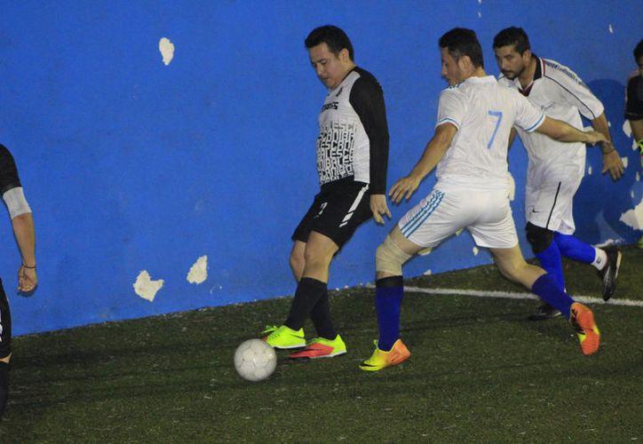 Los caníbales tuvieron que esforzarse a fondo para eliminar 4-2 al aguerrido Vindex, en la Romero Molina. (Miguel Maldonado/SIPSE)