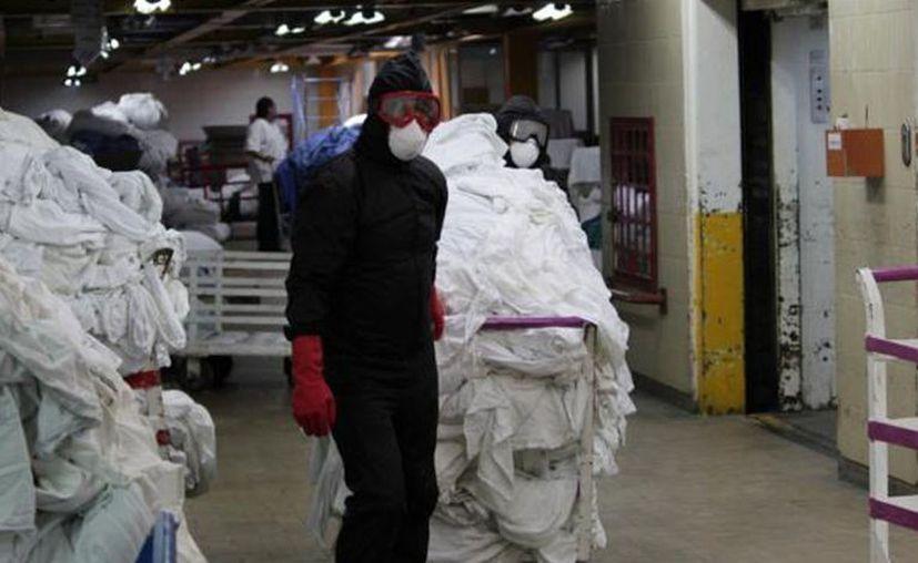 Las autoridades sanitarias anunciaron que alrededor de 36 mil piezas se lavan al día, equivalentes a 18 toneladas diarias. [Foto: IMSS]