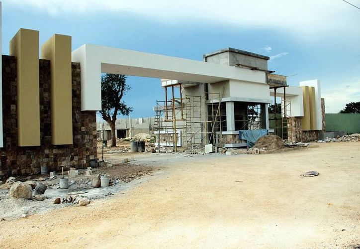 Las facilidades para adquirir vivienda de tipo residencial han incrementado su desarrollo en la entidad. Imagen de la construcción de la entrada de una nueva residencial. (Milenio Novedades)