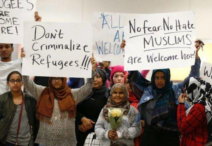 Ciudadanos de varios países de mayoría musulmana protestaron este sábado en el aeropuerto internacional JFK de Nueva York, EU, luego de que se realizaran detenciones de ciudadanos iraquíes. (Archivo/AP)