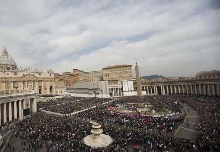 La decoración floral, en colores blanco y amarillo, estará lista para la bendición Urbi et Orbi impartida por el papa Francisco. (Agencias)