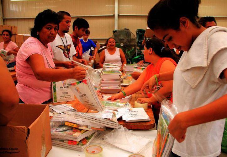 El gasto escolar es uno de los más fuertes a los que se enfrentan cada año los padres. En la imagen, empaquetamiento de útiles escolares que repartirá el Gobierno del Estado. (José Acosta/SIPSE)