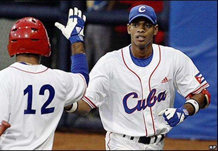 El segunda base Héctor Olivera (d) desertó de Cuba semanas después que Yasmani Tomás tomara el mismo camino. (AP)