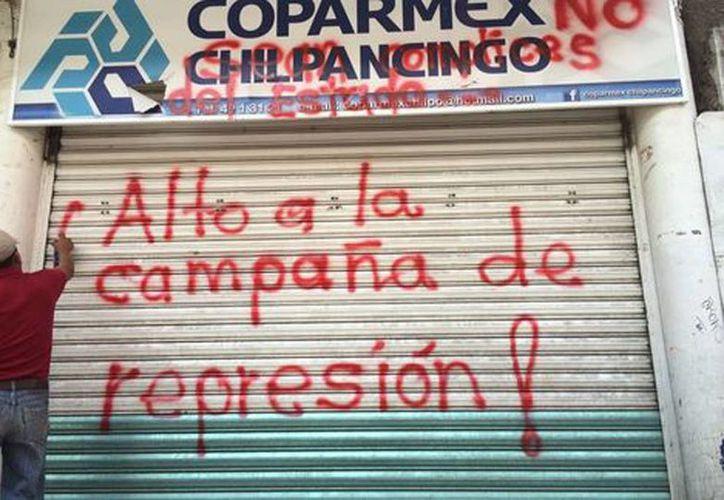 Maestros disidentes tomaron las instalaciones de Coparmex en Chilpancingo. Imagen de las puertas del local con señales del vandalismo. (@Milenio)