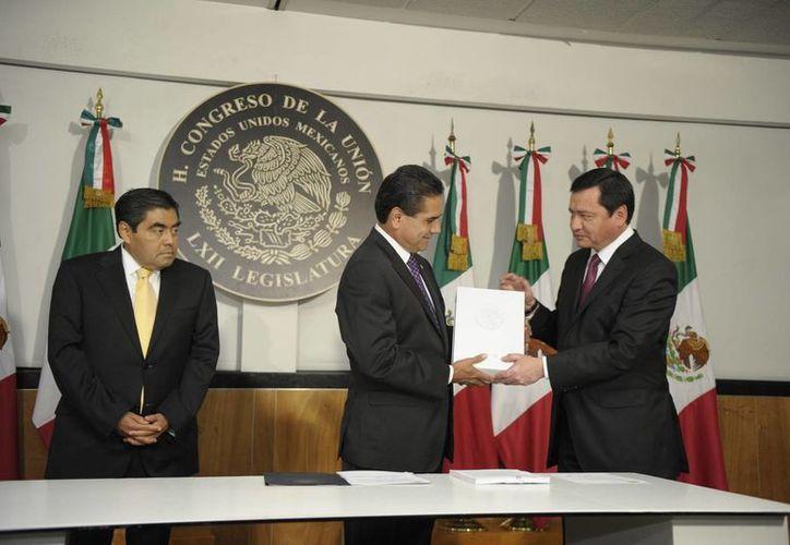 El presidente de la Cámara de Diputados, Silvano Aureoles, fue el encargado de recibir el Segundo Informe de Gobierno de Enrique Peña Nieto de manos del titular de la Segob. (Notimex)