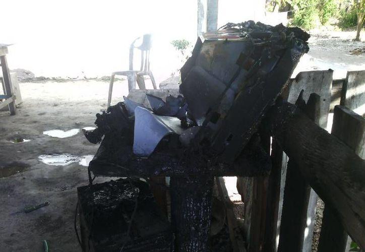 El inquilino dejó una brasa junto a un cerco de madera, lo que provocó que iniciara el incendio y se calcinara una televisión. (Redacción/SIPSE)