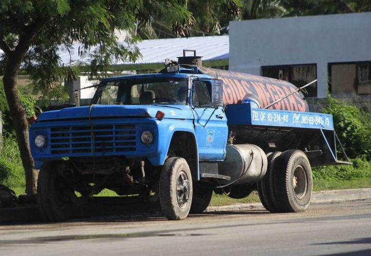 El derrame de aguas residuales se originó por el desperfecto de una válvula de descarga de un camión recolector de aguas negras. (Harold Alcocer/SIPSE)