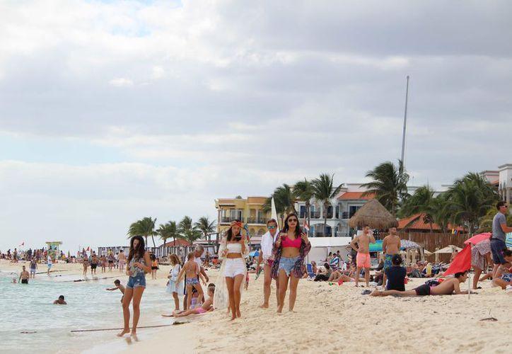 A pesar del clima, se registró gran afluencia de turistas en Playa del Carmen. (Daniel Pacheco/ SIPSE)