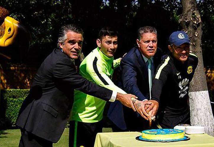 El Club América celebra este 12 de octubre 99 años de fundación. En una pausa de entrenamiento de hoy, directivo y jugadores partieron un pastel. (clubamerica.com.mx)