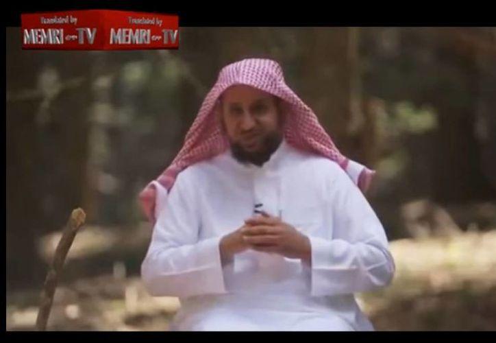 El terapeuta saudita Khaled al Saqaby aconseja en un video a los musulmanes sobre 'la manera correcta' de 'disciplinar a sus mujeres'. (Captura de pantalla)