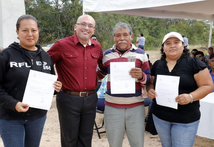 Los ganadores de los terrenos: Norma Angélica Prieto Mejía, Julio Chan Collí y  la Sra. Martha Isabel Aldaz , acompañados del apoderado legal  de Hacienda Real y HR Terrenos, Antonio Manuel Herrera González.