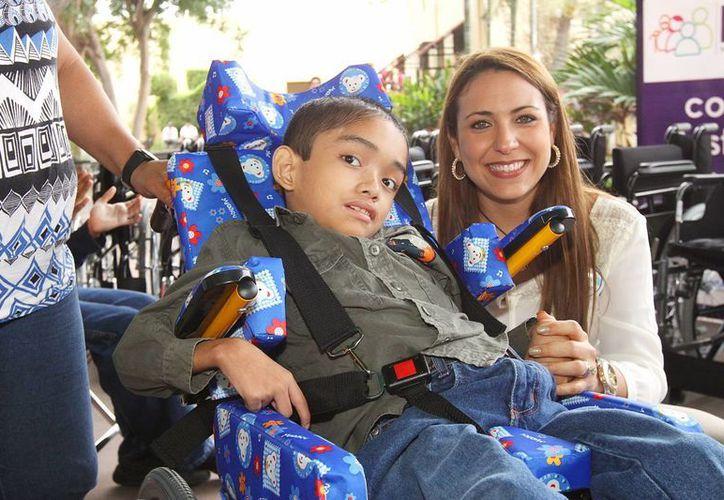 La presidenta del DIF Mérida, Diana Castillo Laviada, con uno de los pequeños beneficiados. (Foto: cortesía)