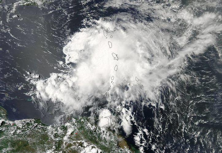 Foto tomada desde un satélite y facilitada por la NASA que muestra la tormenta tropical Chantal sobre las Antillas Menores en el Caribe. (EFE)