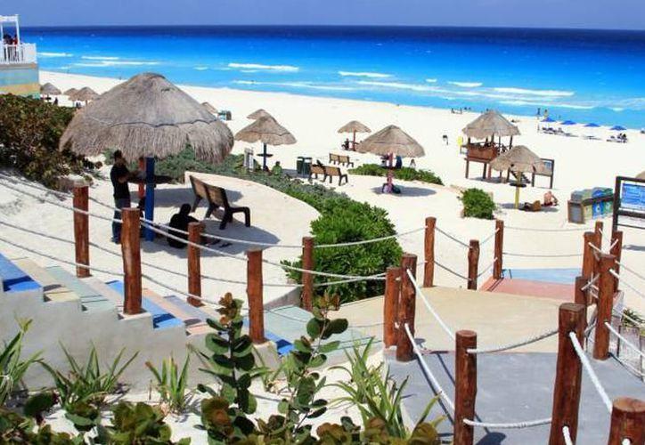 Con este distintivo ondeando las playas, los turistas sabrán que se encuentran en un sitio comprometido. (Archivo/ SIPSE)