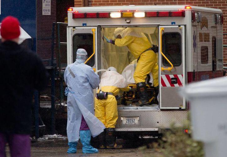 Trabajadores de Salud conducen al cirujano Martin Salia, infectado con el mortal virus del ébola, hacia un hospital en Omaha, Nebraska, en EU. (Foto: AP)