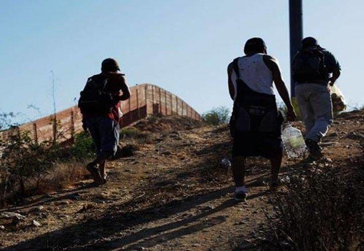 Entre los mexicanos fallecidos que intentaron llegar de forma ilegal a EU entre 2005 y 2015, sólo 61 por ciento ha sido identificado. (Archivo AP)