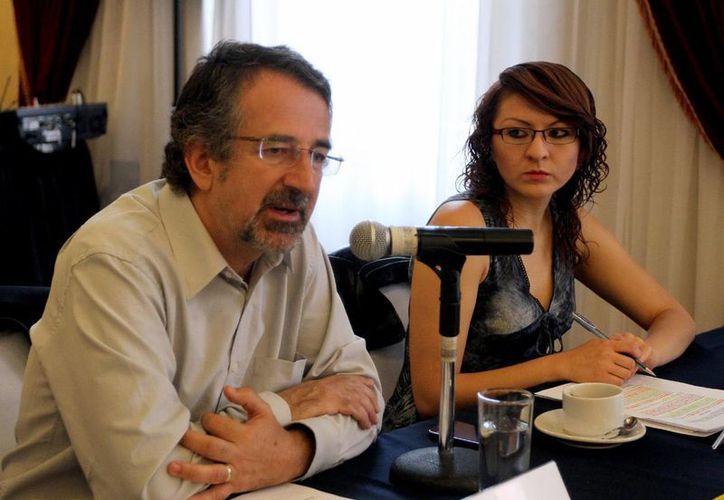 Alejandro Calvillo durante un promocional con Alma Meneses, de Red por los Derechos de la Infancia. (Notimex)