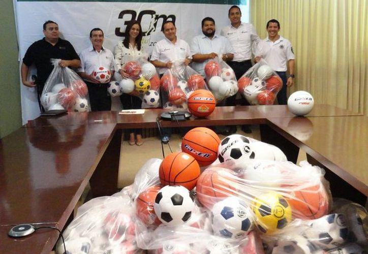 La Cojudeq entregó a la Dirección General de Ejecución de Penas y Medidas un total de 200 balones. (Redacción/SIPSE)