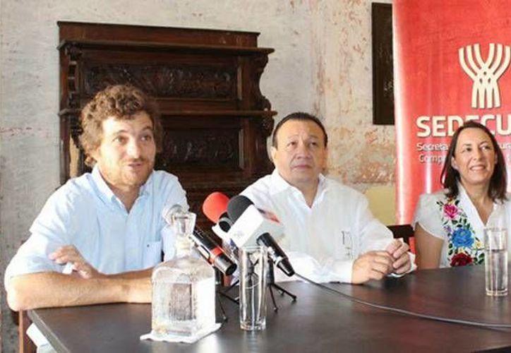 En compañía del socio fundador de Fundación de Artistas, Matías González (i), y de Marcela Díaz, el titular de la Sedeculta, Roger Metri, refirió que la apertura se debe a la suma de esfuerzos de la iniciativa privada y las instituciones públicas. (SIPSE)