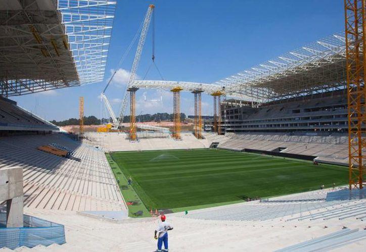 La compañía Odebrecht acordó con las autoridades finalizar la obra del techo del estadio hasta después de la Copa del Mundo. (copadomundo.uol.com.br)