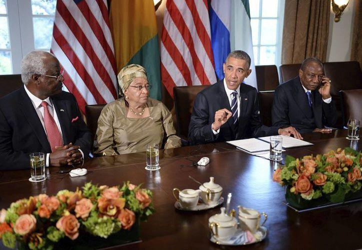 El presidente de Estados Unidos, Barack Obama, mantiene una reunión con sus homólogos de Liberia, Ellen Johnson Sirleaf; de Guinea, Alpha Condé; y de Sierra Leona, Ernest Bai Koroma; en la Casa Blanca de Washington, Estados Unidos. (EFE)
