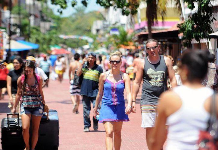 Los turistas disfrutaron de diversos servicios como buceo, parapente, entre otros.(Redacción/SIPSE)