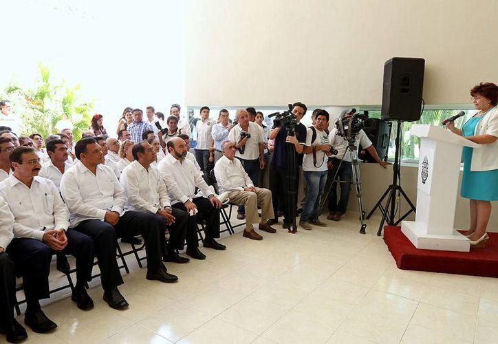 Beatriz Novelo Covián, consejera maestra de la Escuela Preparatoria número 2, pronuncia un discurso ante autoridades estatales y de la UADY, por el 92 aniversario de la casa de estudios. (Cortesía)