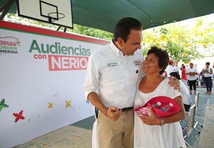 Nerio Torres Arcila, candidato del PRI a la alcaldía de Mérida, atiende a una vecina de la colonia San Pablo Uxmal. (SIPSE)