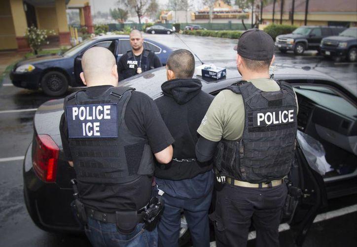 Imagen del 7 de febrero del 2017 en Los Angeles, divulgada por el Servicio de Control de Inmigración y Aduanas, ICE por sus siglas en inglés, muestra a agentes realizando un arresto durante un operativo realizado por el ICE enfocado en inmigrantes prófugos. (Charles Reed/Servicio de Control de Inmigración y Aduanas via AP)