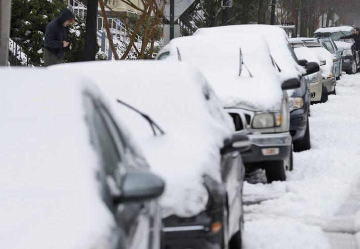 Residentes enfrentan una nueva tormenta de nieve en Richmond, Virginia, la cual golpeó el corredor noreste de EU. (Agencias)