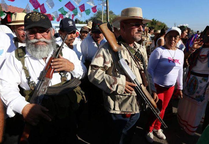 Hipólito Mora (d) y Estanislao Beltrán, Papá Pitufo, (i), fundadores del Movimiento de autodefensas que inició el 24 de febrero del año pasado en la comunidad de La Ruana, Michoacán. (EFE/Archivo)