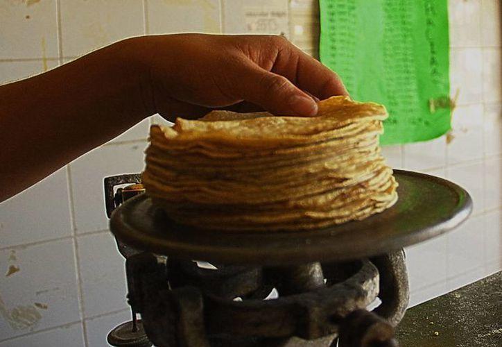 Los tortilleros no han aumentado sus precios y lo mantienen en 15 pesos por kilogramo. (Milenio Novedades)